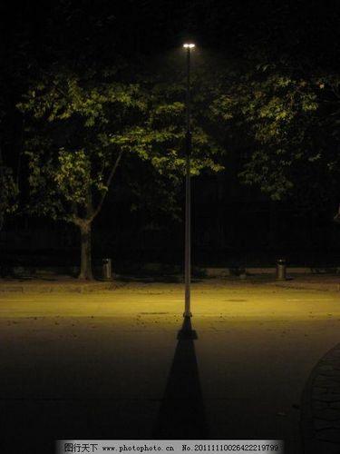 """写路灯夜晚的唯美句子 描写""""路灯""""和""""红花""""的唯美句子有哪些?"""